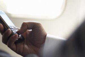 Nhiều khách vô tư dùng điện thoại trên máy bay bị xử phạt