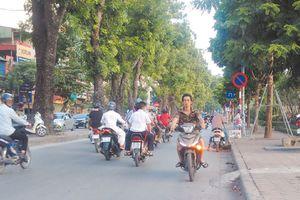 Điểm nóng giao thông: Ngang nhiên đi ngược chiều trên đường Láng