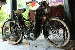 Dàn xe đạp máy tiền tỷ vứt 'lăn lóc' trong quán cà phê