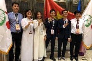 Hai học sinh đạt thành tích tại Olympic quốc tế nhận Huân chương Lao động hạng Ba