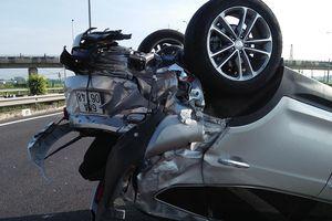 Tai nạn giữa xe ô tô và xe khách trên cao tốc, nhiều người thoát chết
