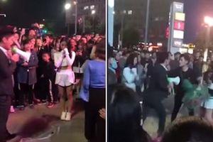 Hai chàng trai lao vào đánh nhau khi cùng cầu hôn một cô gái