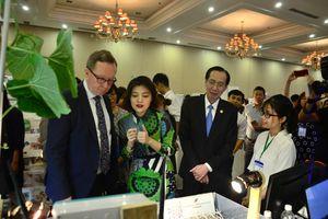 Bộ trưởng Bộ Kinh tế và Việc làm Phần Lan tham quan mô hình khởi nghiệp Việt Nam