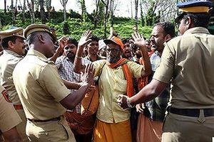Phụ nữ bị tấn công khi vào đền thiêng tại Ấn Độ