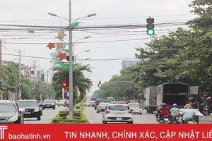 Biển báo giao thông 'hướng mặt' vào... cột đèn ở ngã tư TP Hà Tĩnh