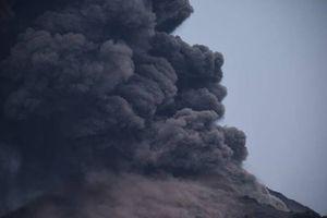 Núi lửa phun trào, 'bom nham thạch' suýt trúng tàu du lịch
