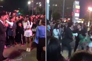 Hai thanh niên lao vào đánh nhau túi bụi khi đang cùng cầu hôn một cô gái