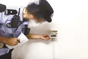 Cặp đôi tá hỏa phát hiện nhà bị gắn camera quay trộm chĩa thẳng giường suốt nửa năm