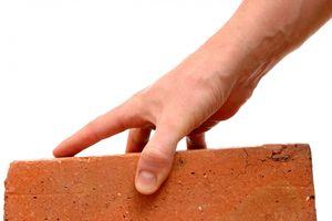 Bất cẩn khi làm gạch, nữ công nhân bị máy ép nghiền nát bàn tay