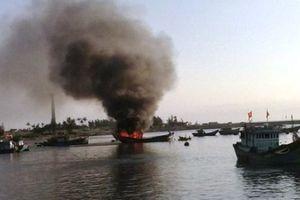 Quảng Ngãi: Tàu cá phát nổ trên biển, 1 người chết, 13 người thương vong