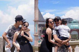 Bộ ảnh vợ chồng Khánh Thi - Phan Hiển vô tư tình tứ trước mặt con trai gây sốt mạng xã hội