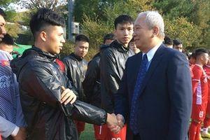 Thầy Park và các học trò được động viên ngay sau tới Hàn Quốc
