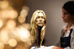 Siêu mẫu vàng ròng kết hợp với xe Ferrari phủ vàng 'náo loạn' sàn đấu giá London