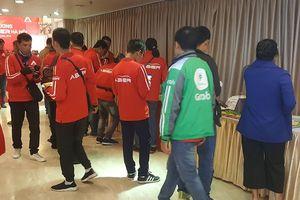 Tài xế mặc áo đồng phục Grab đến đăng ký chạy cho ABER trong ngày hãng mở văn phòng Hà Nội