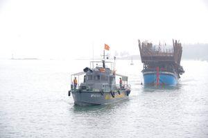 43 ngư dân tàu câu mực chìm trên biển vào bờ an toàn