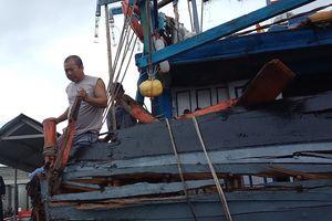Tàu sắt lạ tông tàu cá ngư dân gây hư hỏng nặng