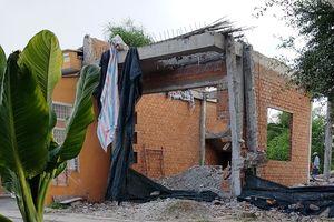Bị tố xây dựng sai phép, phó bí thư huyện đập bỏ căn nhà mới