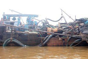 Truy bắt thuyền gắn máy bơm 'khủng' hút cát trái phép