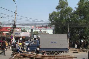Lộn xộn trước cổng Bệnh viện K Tân Triều