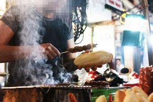 Phạt đầu bếp không đeo găng tay bốc đồ ăn: Ai bắt lỗi, xử lý?