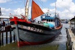 Đưa tàu bị hư hỏng cùng 13 ngư dân Quảng Nam cập bến an toàn