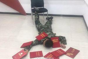 Trung Quốc: Bị phạt tiền vì chụp ảnh 'ngã sấp mặt'
