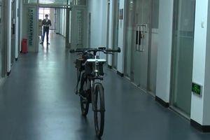 Xe đạp tự 'lẵng nhẵng' bám theo chủ