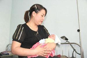 Bé gái sơ sinh bị bỏ rơi dưới gốc cây xà cừ gần trạm y tế xã