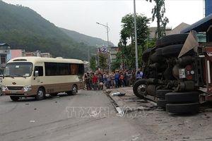 Va chạm giữa xe container, xe tải và xe khách, 3 người thương vong