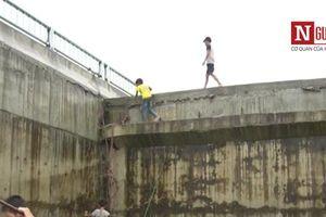 Hòa Bình: Kỳ lạ xây cầu chục tỷ nhưng 'quên' làm đường lên xuống