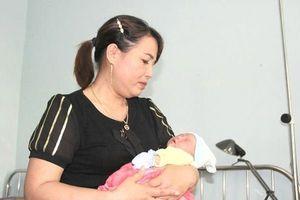 Quảng Trị: Bé gái sơ sinh được người dân phát hiện ở gốc cây xà cừ