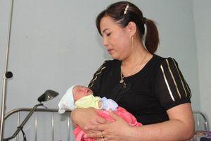 Phát hiện bé gái sơ sinh bị bỏ rơi ngoài cánh đồng