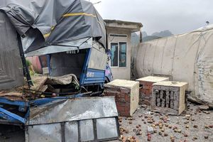 Quảng Ninh: Container mất lái đâm liên hoàn, 3 người thương vong