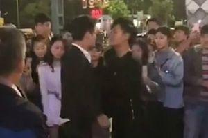 Chàng trai Trung Quốc thách đấu với tình địch để cầu hôn bạn gái