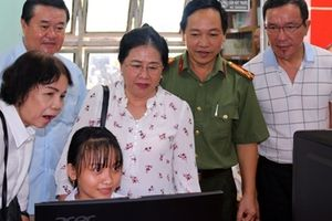 Báo CAND và Công ty Duy Lợi tặng máy vi tính cho trường học vùng sâu