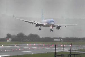 Cú hạ cánh không tưởng của nữ phi công tại sân bay Bristol, Anh