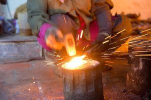 Người phụ nữ hơn 30 năm gắn bó với búa đe, lò lửa ở Hà Nội