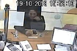 Truy tìm người phụ nữ 'cầm nhầm' iPhone trong ngân hàng