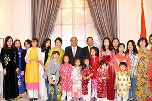 Thủ tướng gặp gỡ, thăm hỏi bà con Việt kiều ở Đan Mạch