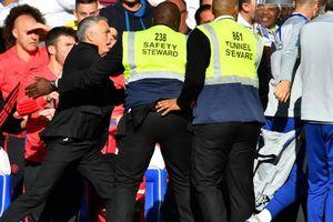 Vuột chiến thắng phút 90+6, Mourinho nổi nóng với trợ lý HLV Chelsea