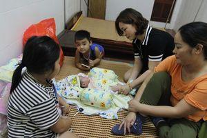 Bé trai 2 tháng tuổi bị bỏ rơi bên đường, nhiều người muốn nhận nuôi