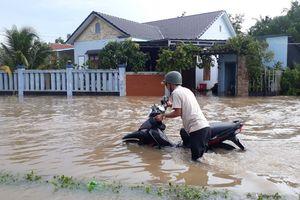 Phú Quốc ngập nặng sau cơn mưa lớn, người người lội bì bõm