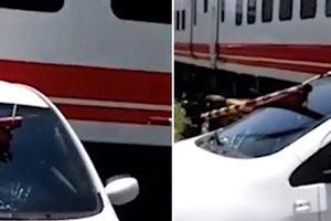 Ô tô bị tàu hỏa kéo lê do nữ tài xế... ngủ gật