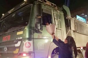 Lái xe về muộn bác tài còn cố kéo cửa kính mua vội bó hoa ven đường tặng vợ ngày 20/10 khiến nhiều người cảm động