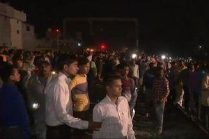 Kinh hoàng thi thể nằm la liệt khi tàu hỏa lao vào đám đông ở Ấn Độ