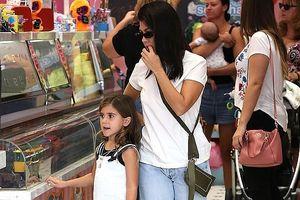 Kourtney Kardashian diện quần rách, vui vẻ đưa con gái cưng đi mua kem
