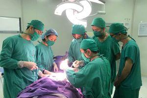 Lần đầu tiên dùng khí cụ làm giãn 20 cm xương hàm cho bé trai bị biến dạng sọ mặt