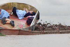 Tàu cát tặc 'rơi từ trên trời xuống' bãi nuôi ngao hút cát trái phép ở cửa biển Hải Phòng