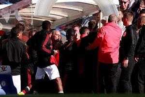 Mourinho suýt đánh trợ lý HLV Chelsea, giơ ngón tay khiêu khích cổ động viên