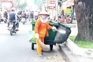 Lãnh đạo TPHCM lắng nghe tâm tư của nữ công nhân vệ sinh